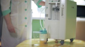 Η γυναίκα κάνει το κοκτέιλ οξυγόνου με τη συσκευή για τον αφρό οξυγόνου Κοκτέιλ οξυγόνου για τη γυναίκα Η γυναίκα κάνει το κοκτέι απόθεμα βίντεο