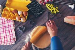 Η γυναίκα κάνει το ψωμί πιπεροριζών Στοκ Εικόνα