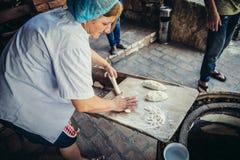 Η γυναίκα κάνει το ψωμί στοκ εικόνα