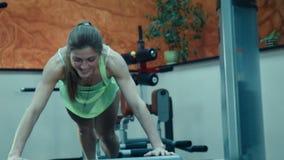 Η γυναίκα κάνει το ώθηση-UPS στα βήματα ικανότητας φιλμ μικρού μήκους