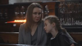 Η γυναίκα και η κόρη της στην εκκλησία απόθεμα βίντεο