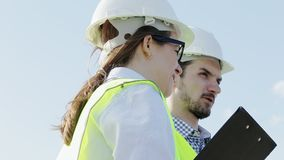 Η γυναίκα και ο άνδρας είναι οι κύριοι μηχανικοί του προγράμματος στις πράσινες φανέλλες απόθεμα βίντεο