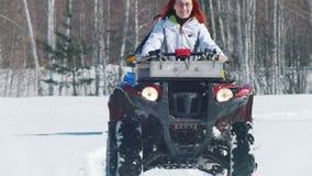 Η γυναίκα και ο άνδρας το χειμώνα ντύνουν τα οχήματα για το χιόνι οδήγησης στο δάσος απόθεμα βίντεο