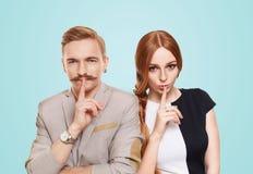 Η γυναίκα και ο άνδρας, ζεύγος κρατούν μυστικός στοκ εικόνες με δικαίωμα ελεύθερης χρήσης