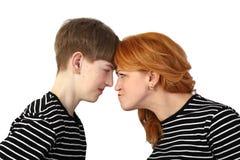 Η γυναίκα και ο έφηβος που στηρίζονται διευθύνουν ο ένας εναντίον του άλλου Στοκ Φωτογραφία