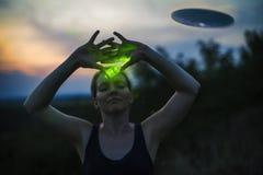 Η γυναίκα καλεί ένα UFO Στοκ Εικόνες
