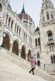 Η γυναίκα κατεβαίνει τα βήματα της αρχιτεκτονικής δομής στην πόλη Βουδαπέστη Στοκ Φωτογραφία