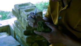 Η γυναίκα κινηματογραφήσεων σε πρώτο πλάνο κάνει παραδοσιακός να προσανατολίσει το δράκο με τον άργιλο φιλμ μικρού μήκους
