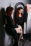 Η γυναίκα κοιτάζει στον καθρέφτη στοκ φωτογραφία με δικαίωμα ελεύθερης χρήσης