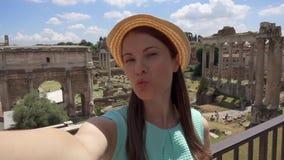 Η γυναίκα κοντά στο αρχαίο φόρουμ Romanum καταστροφών selfie Θηλυκός τουρίστας που παίρνει τη φωτογραφία ενάντια στο ρωμαϊκό φόρο απόθεμα βίντεο