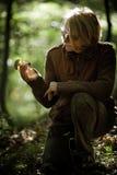Η γυναίκα κρατά ένα μανιτάρι που έχει συγκομίσει Στοκ εικόνα με δικαίωμα ελεύθερης χρήσης