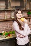 Η γυναίκα κρατά ένα πορτοκάλι στο χέρι της Νέο μαγείρεμα γυναικών στην κουζίνα στο σπίτι τρόφιμα υγιή σιτηρέσιο Στοκ εικόνες με δικαίωμα ελεύθερης χρήσης