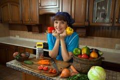 Η γυναίκα κρατά στο γλυκό πιπέρι κουδουνιών χεριών στοκ εικόνα με δικαίωμα ελεύθερης χρήσης