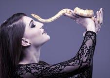 Η γυναίκα κρατά στο χέρι της το φίδι στοκ φωτογραφία με δικαίωμα ελεύθερης χρήσης