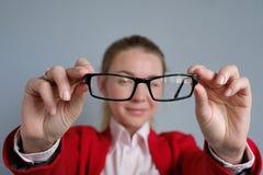 Η γυναίκα κρατά τα γυαλιά στα χέρια της Στοκ εικόνες με δικαίωμα ελεύθερης χρήσης