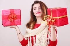 Η γυναίκα κρατά τα κόκκινα κιβώτια δώρων Χριστουγέννων Στοκ εικόνα με δικαίωμα ελεύθερης χρήσης