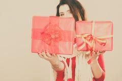 Η γυναίκα κρατά τα κόκκινα κιβώτια δώρων Χριστουγέννων Στοκ φωτογραφία με δικαίωμα ελεύθερης χρήσης