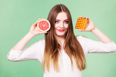 Η γυναίκα κρατά την βιταμίνη C πακέτων γκρέιπφρουτ και φουσκαλών χαπιών Στοκ εικόνες με δικαίωμα ελεύθερης χρήσης