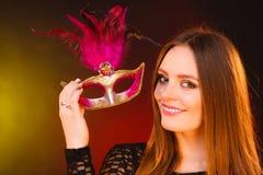 Η γυναίκα κρατά την κινηματογράφηση σε πρώτο πλάνο μασκών καρναβαλιού Στοκ φωτογραφία με δικαίωμα ελεύθερης χρήσης