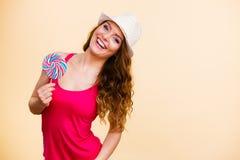 Η γυναίκα κρατά τη ζωηρόχρωμη καραμέλα lollipop διαθέσιμη Στοκ Εικόνες