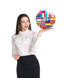 Η γυναίκα κρατά τη σφαίρα με τις σημαίες χωρών Στοκ Εικόνες