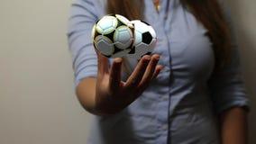 Η γυναίκα κρατά τις σφαίρες ποδοσφαίρου απεικόνιση αποθεμάτων