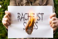 Η γυναίκα κρατά το καίγοντας έγγραφο Στοκ Φωτογραφίες