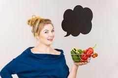 Η γυναίκα κρατά το καλάθι αγορών με τα λαχανικά, λεκτική φυσαλίδα Στοκ εικόνες με δικαίωμα ελεύθερης χρήσης