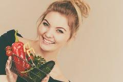 Η γυναίκα κρατά το καλάθι αγορών με τα λαχανικά Στοκ Φωτογραφίες