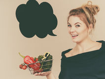 Η γυναίκα κρατά το καλάθι αγορών με τα λαχανικά, λεκτική φυσαλίδα Στοκ φωτογραφίες με δικαίωμα ελεύθερης χρήσης