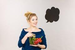 Η γυναίκα κρατά το καλάθι αγορών με τα λαχανικά, λεκτική φυσαλίδα Στοκ Φωτογραφίες