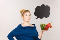 Η γυναίκα κρατά το καλάθι αγορών με τα λαχανικά, λεκτική φυσαλίδα Στοκ φωτογραφία με δικαίωμα ελεύθερης χρήσης