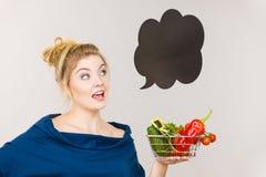 Η γυναίκα κρατά το καλάθι αγορών με τα λαχανικά, λεκτική φυσαλίδα Στοκ Εικόνες