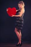 Η γυναίκα κρατά το μεγάλο κόκκινο σύμβολο αγάπης καρδιών Στοκ εικόνα με δικαίωμα ελεύθερης χρήσης