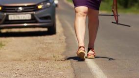 Η γυναίκα κρατά το προειδοποιητικό σημάδι και το θέτει κοντά στο αυτοκίνητο απόθεμα βίντεο