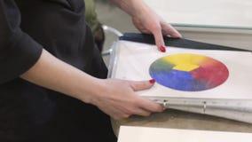 Η γυναίκα κρατά ότι μια ρόδα ροδών χρώματος σε την παραδίδει το δημιουργικό γραφείο Ο θηλυκός καλλιτέχνης σύνθεσης διδάσκει τις τ απόθεμα βίντεο