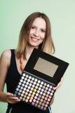 Η γυναίκα κρατά makeup την επαγγελματική ζωηρόχρωμη παλέτα Στοκ Εικόνα