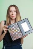 Η γυναίκα κρατά makeup την επαγγελματική ζωηρόχρωμη παλέτα Στοκ φωτογραφία με δικαίωμα ελεύθερης χρήσης