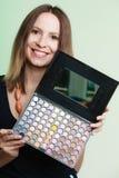 Η γυναίκα κρατά makeup την επαγγελματική ζωηρόχρωμη παλέτα Στοκ εικόνες με δικαίωμα ελεύθερης χρήσης