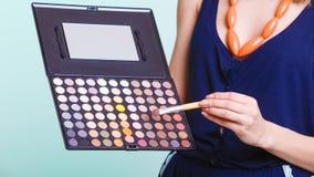 Η γυναίκα κρατά makeup την επαγγελματική ζωηρόχρωμη παλέτα Στοκ Φωτογραφίες
