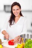 Η γυναίκα κόβει τα λαχανικά Στοκ Φωτογραφίες
