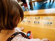 Η γυναίκα μέσα στη Apple Store αγοράζει το ρολόι της Apple Στοκ φωτογραφία με δικαίωμα ελεύθερης χρήσης