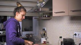 Η γυναίκα μαγειρεύει στην κουζίνα φιλμ μικρού μήκους