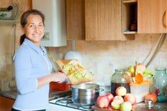 Η γυναίκα μαγειρεύει applesauce τη μαρμελάδα Στοκ Εικόνα