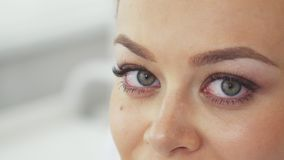 Η γυναίκα μετατοπίζει το βλέμμα της στο cosmetology σαλόνι απόθεμα βίντεο