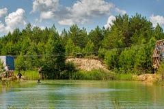 Η γυναίκα μεταφέρεται στο σχοινί μέσω του ποταμού Στοκ Εικόνα