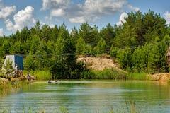 Η γυναίκα μεταφέρεται στο σχοινί μέσω του ποταμού Στοκ εικόνες με δικαίωμα ελεύθερης χρήσης