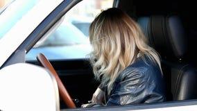 Η γυναίκα μετρά τα χρήματα στο αυτοκίνητο απόθεμα βίντεο