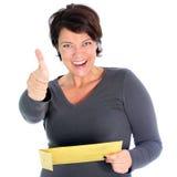 Η γυναίκα με ένα δόσιμο φακέλων φυλλομετρεί επάνω Στοκ Εικόνα