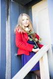 Η γυναίκα με αυξήθηκε δίπλα στην πόρτα λεκέδων Στοκ Φωτογραφίες